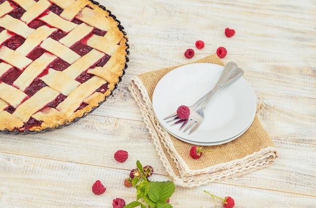 Torta de framboesa em cima da mesa.