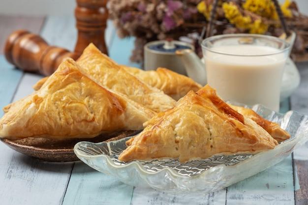 Torta de frango ou kurnik que é lindamente decorado em cima da mesa.