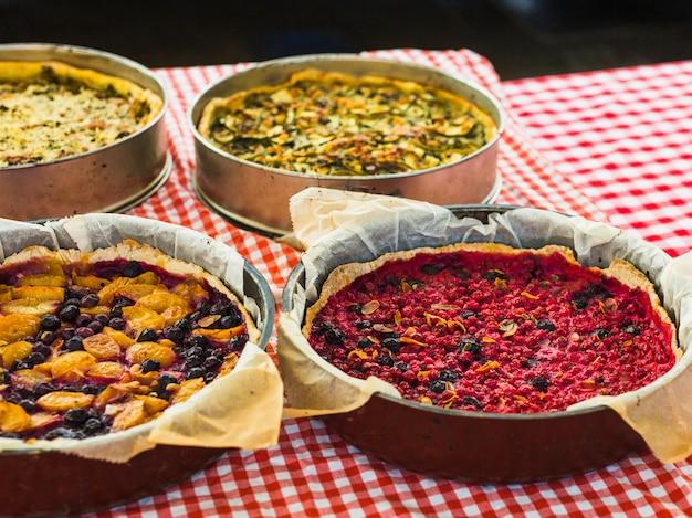 Torta de frutas caseira tradicional na toalha de mesa quadriculada
