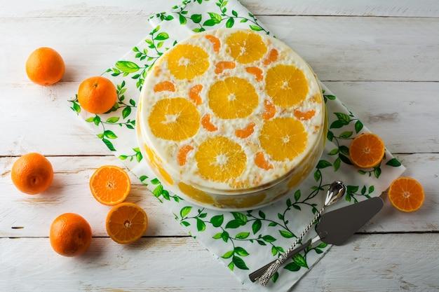 Torta de frutas deliciosa mousse fria