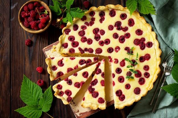 Torta de frutas vermelhas no verão torta doce com framboesas frescas de frutas vermelhas vista superior plana lay