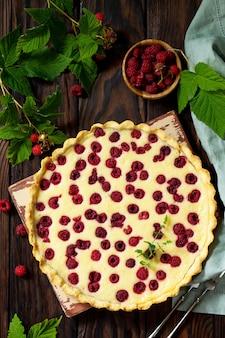 Torta de frutas vermelhas torta doce com framboesas frescas de frutas vermelhas vista superior