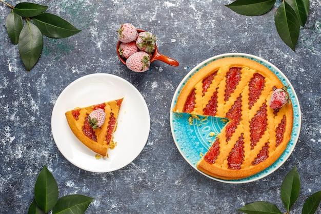 Torta de geléia de morango assado bolo doce pastelaria vista superior