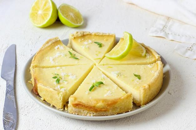 Torta de limão com limas brancas de madeira