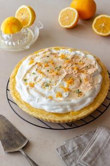 Torta de limão com merengue. azedo. produtos de confeitaria. sobremesa.