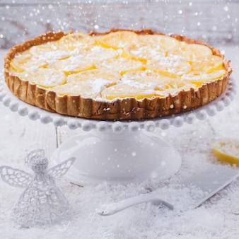 Torta de limão. decoração de natal e feriado de ano novo.