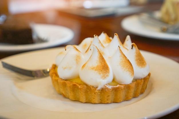 Torta de limão deliciosa em chapa branca - sobremesa tartlet