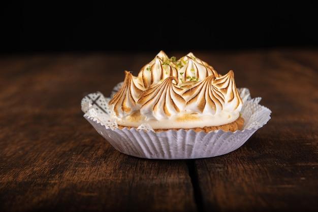 Torta de limão doce em detalhes sobre uma superfície de madeira rústica, foco seletivo.