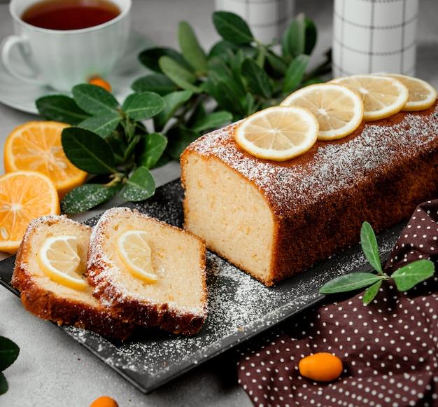 Torta de limão em cima da mesa