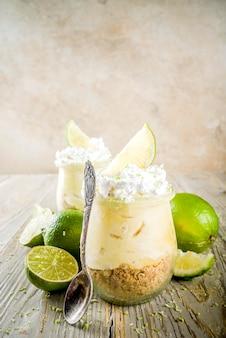 Torta de limão em frascos pequenos