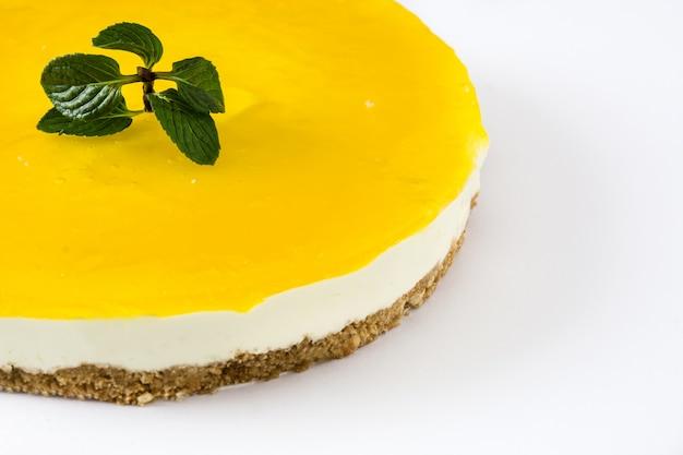 Torta de limão isolada na superfície branca