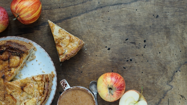 Torta de maçã americana clássica deliciosa cozida fresca. vista superior, plano de fundo estilo rústico