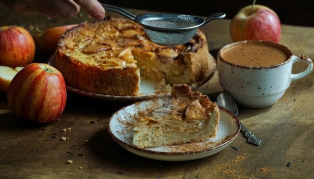Torta de maçã americana clássica deliciosa cozida fresca.