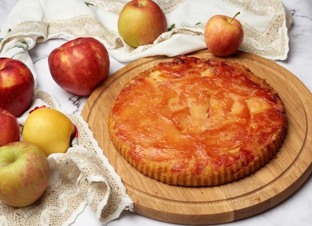 Torta de maçã assada na mesa de madeira