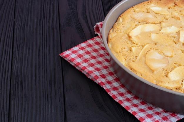 Torta de maçã caseira acabada de sair do forno em uma assadeira.