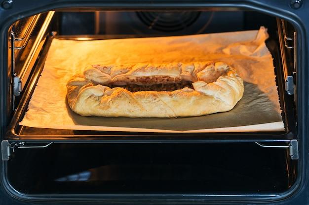 Torta de maçã caseira assando no forno na cozinha