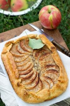Torta de maçã caseira com streusel e frutas frescas. estilo rústico.