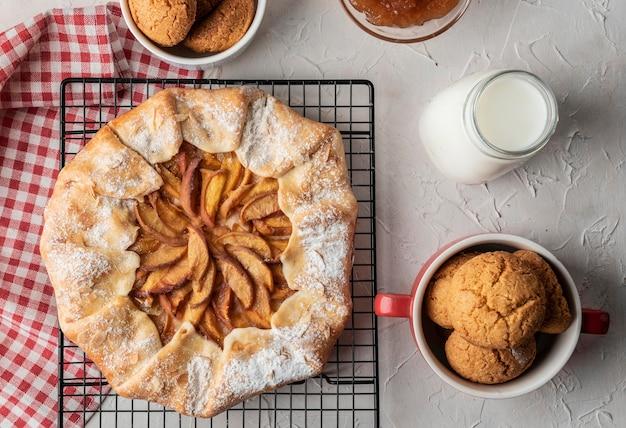 Torta de maçã caseira e biscoitos