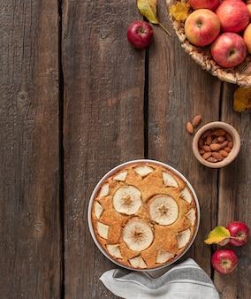 Torta de maçã caseira em um rústico de madeira