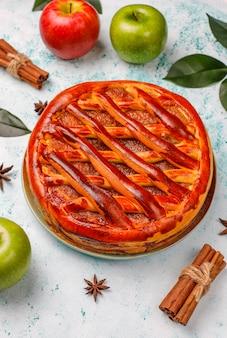 Torta de maçã caseira na mesa de luz