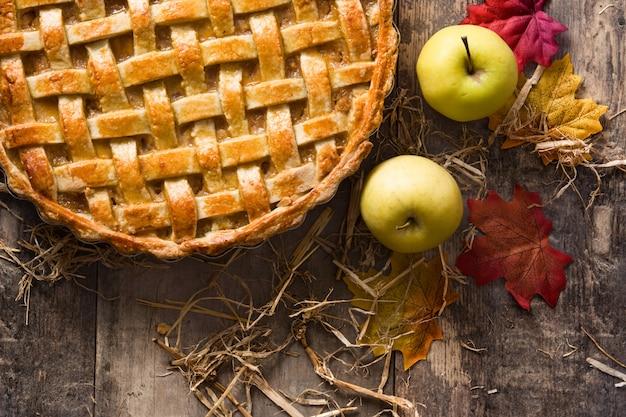 Torta de maçã caseira na mesa de madeira vista superior