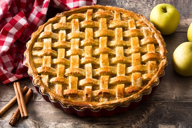 Torta de maçã caseira na mesa de madeira