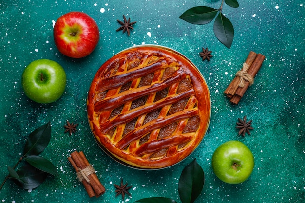 Torta de maçã caseira na mesa verde