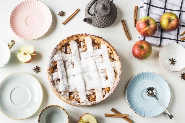Torta de maçã caseira polvilhada com açúcar em pó em uma tabela de família