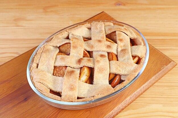 Torta de maçã caseira recém-assada isolada na mesa da cozinha