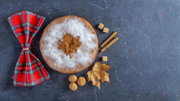 Torta de maçã caseira, torta, charlotte com nozes e canela.