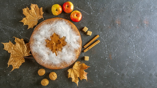 Torta de maçã caseira, torta, charlotte com nozes e canela