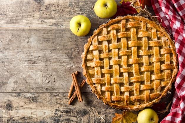 Torta de maçã caseira tradicional na mesa de madeira