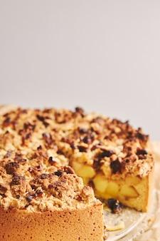 Torta de maçã coberta com crumble e nozes torradas