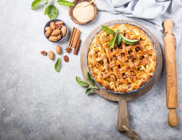 Torta de maçã com alface na mesa de madeira, vista de topo de mesa. bolo de cozinha americana rústica