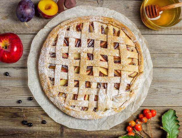 Torta de maçã com ameixa. cozinhando. receitas. comida vegetariana.