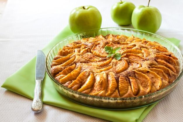 Torta de maçã com canela e amêndoas moídas