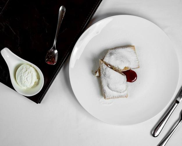 Torta de maçã com cobertura de açúcar e sorvete