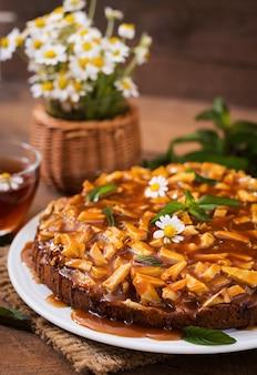 Torta de maçã com molho de caramelo