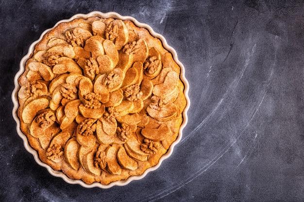 Torta de maçã com nozes e canela