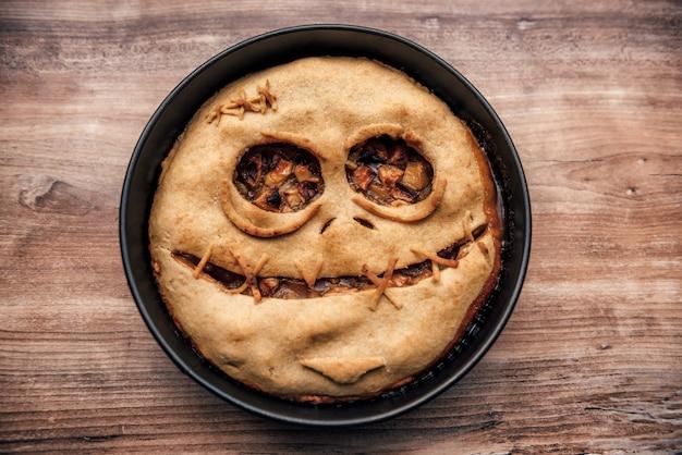 Torta de maçã com rosto assustador para o halloween