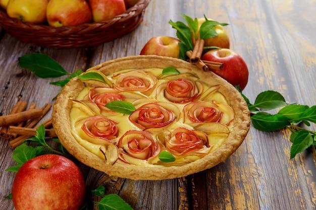 Torta de maçã de outono com canela e maçãs frescas.