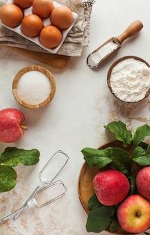 Torta de maçã de outono. ingredientes para torta de maçã, charlotte e um espaço vazio para a receita.