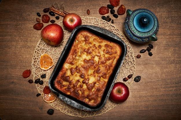 Torta de maçã deliciosa cozida em casa. torta doce