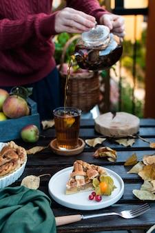 Torta de maçã e bule com chá preto, ação de graças