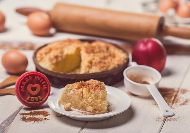 Torta de maçã e carimbo feito com amor