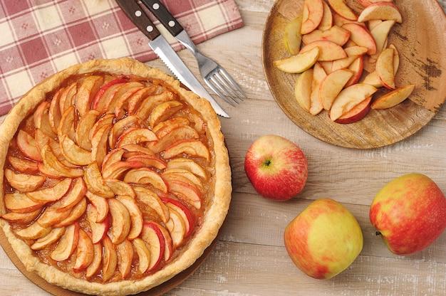 Torta de maçã em um prato - deserto de torta de outono em madeira