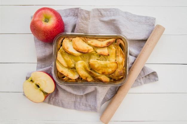 Torta de maçã em vidro na mesa