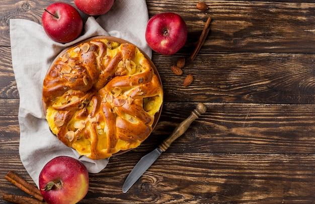 Torta de maçã fresca deliciosa em fundo de madeira