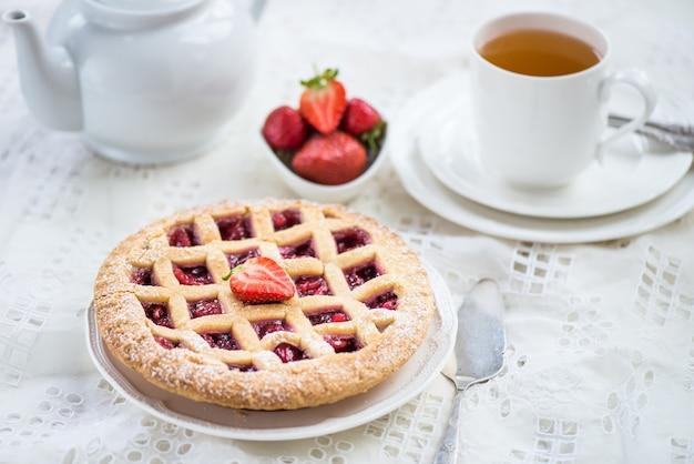 Torta de maçã, morango e amora preta