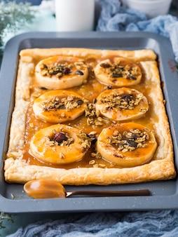 Torta de maçã na assadeira com caramelo e nozes